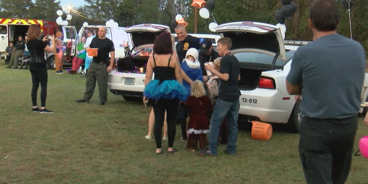 Jasper Co. deputies hold Trunk or Treat event