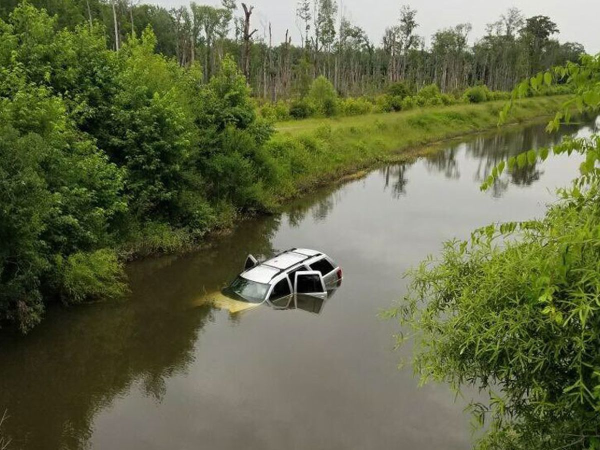 Good Samaritan helps rescue driver from submerged vehicle
