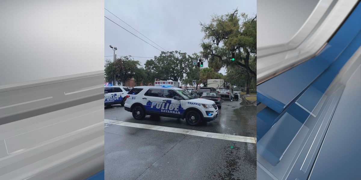 Savannah Police car involved in crash that blocked lanes of Victory Drive