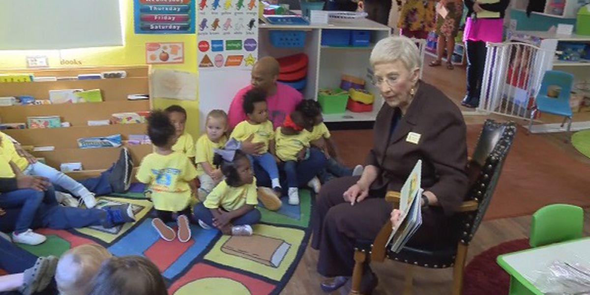 GA's First Lady Sandra Deal reads to children in Vidalia