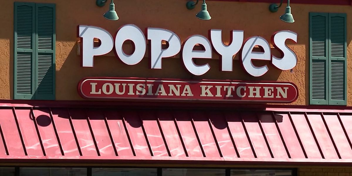 Man pulls gun at Texas Popeyes, demands chicken sandwiches
