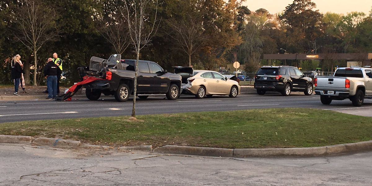 2 injured in 5-car wreck at Abercorn St, Magnolia Ave