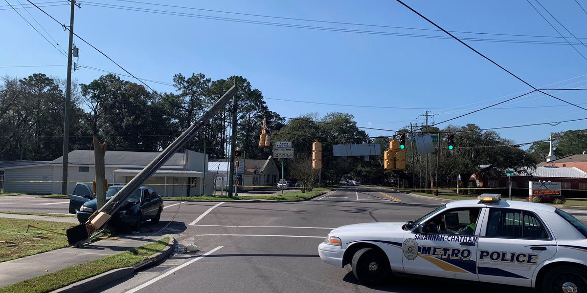 Wreck closes intersection of Skidaway Rd, DeRenne Ave