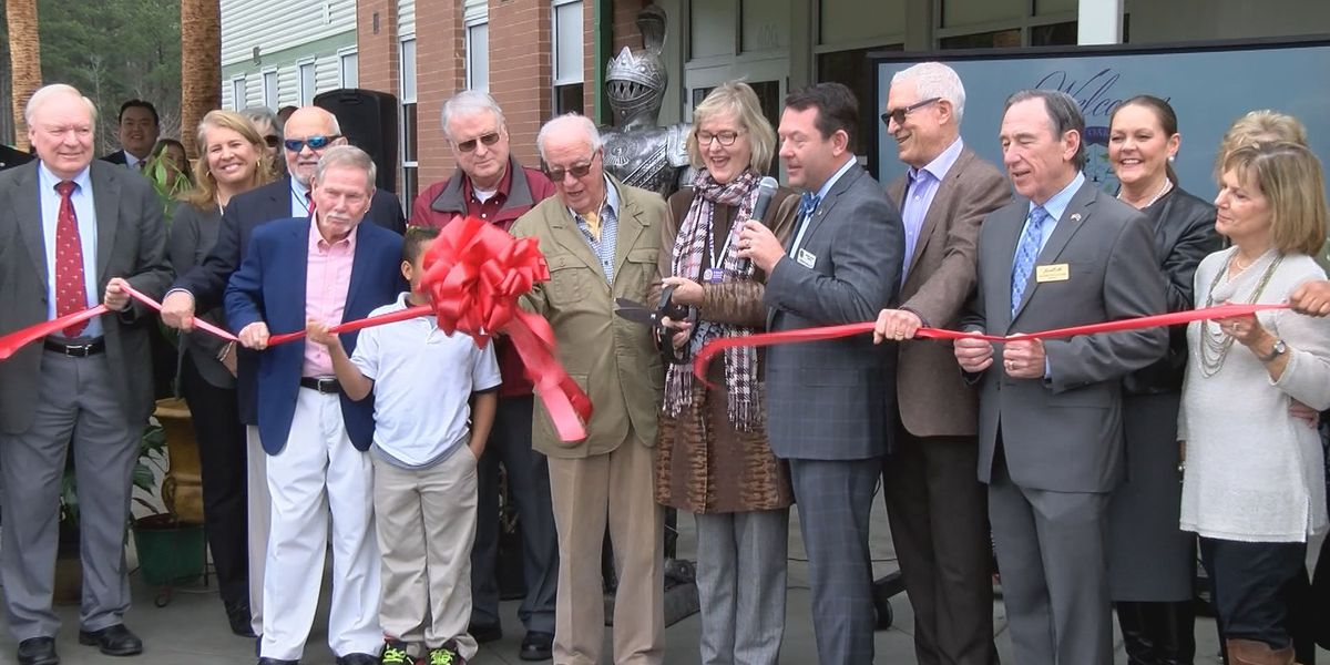 Royal Live Oaks Academy holds ribbon cutting