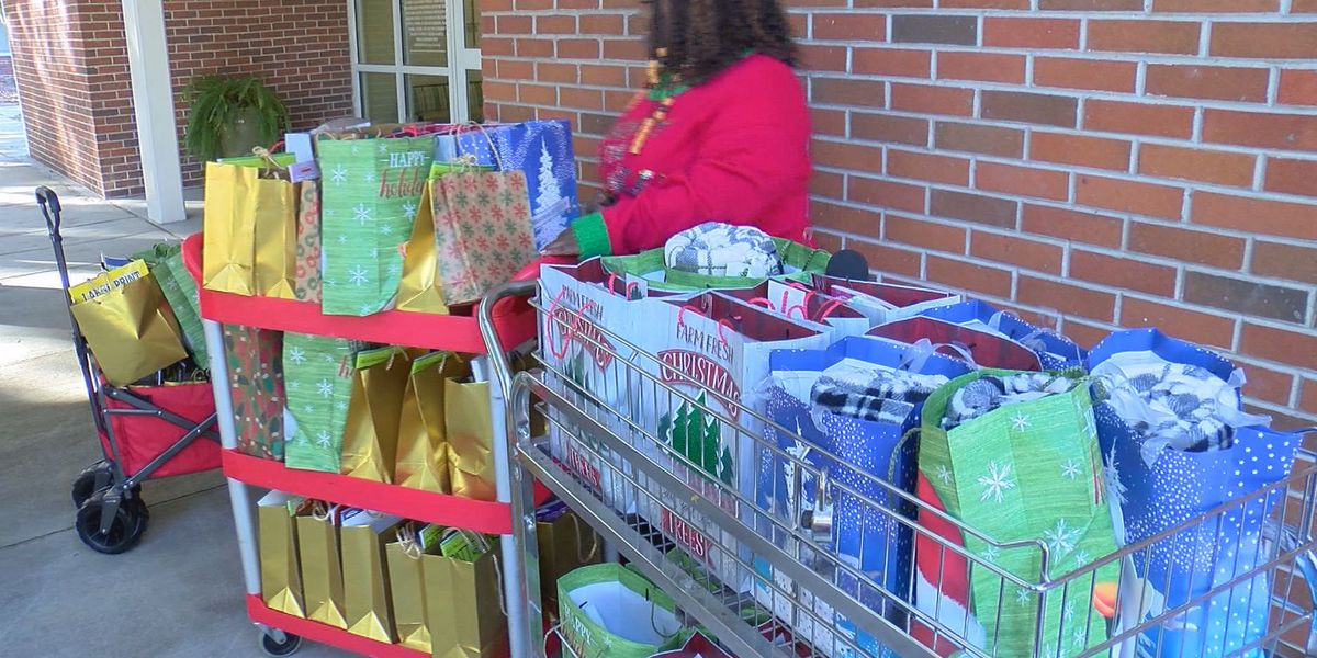 Woman makes gift bags for Savannah nursing home residents