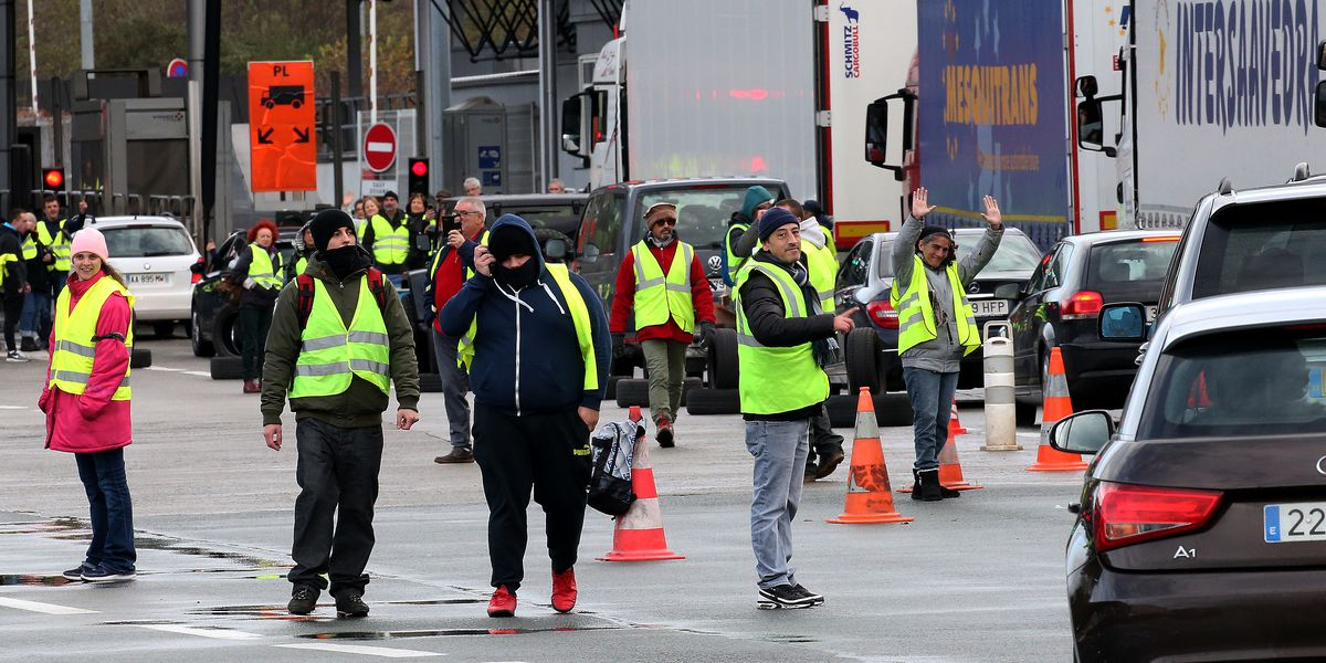 Yellow vest protesters still block French traffic circles