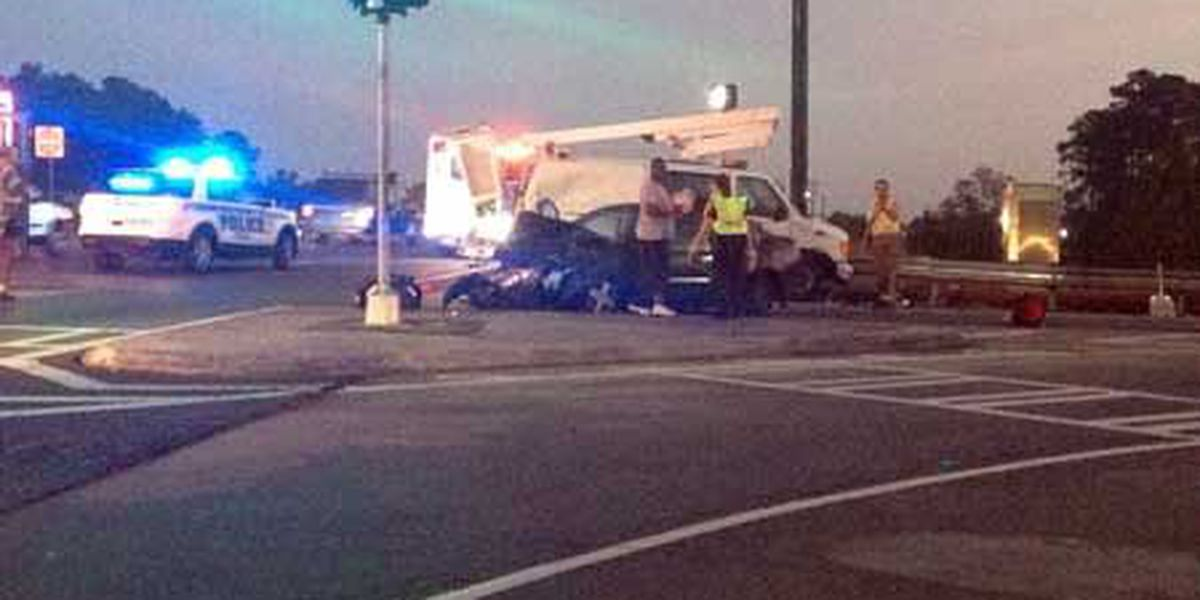 Car hits city of Savannah truck on Pooler Parkway