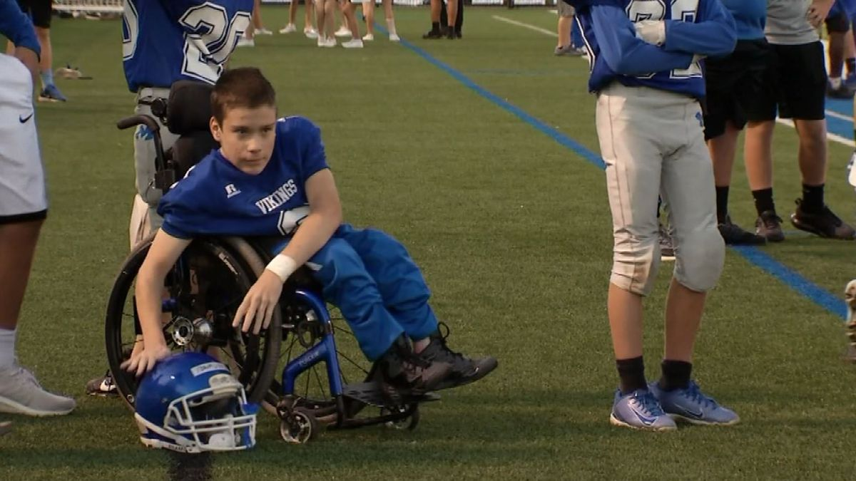Teen in wheelchair scores touchdown with 8th-grade football team